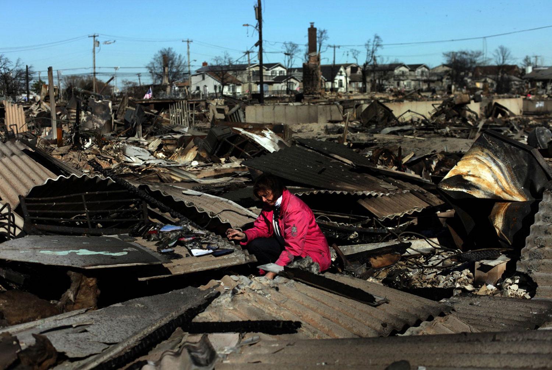 на руинах дома после урагана Сэнди