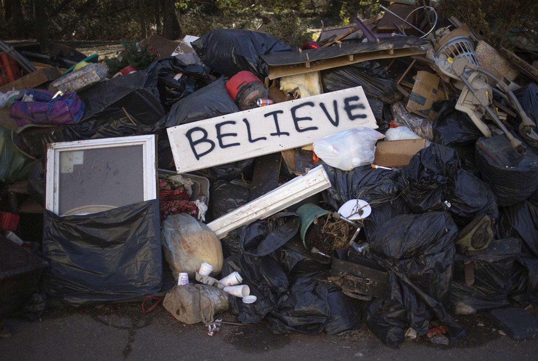 кучи мусора на улицах Америки после Сенди