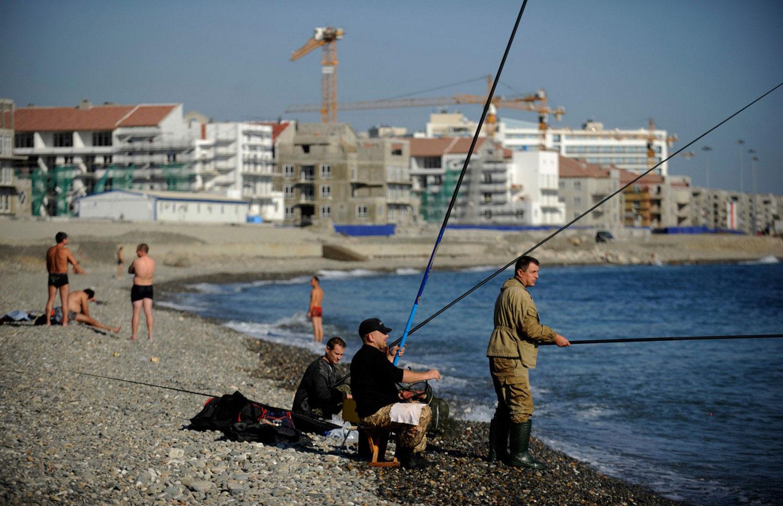 рыболовы на берегу Черного моря в Сочи, фото