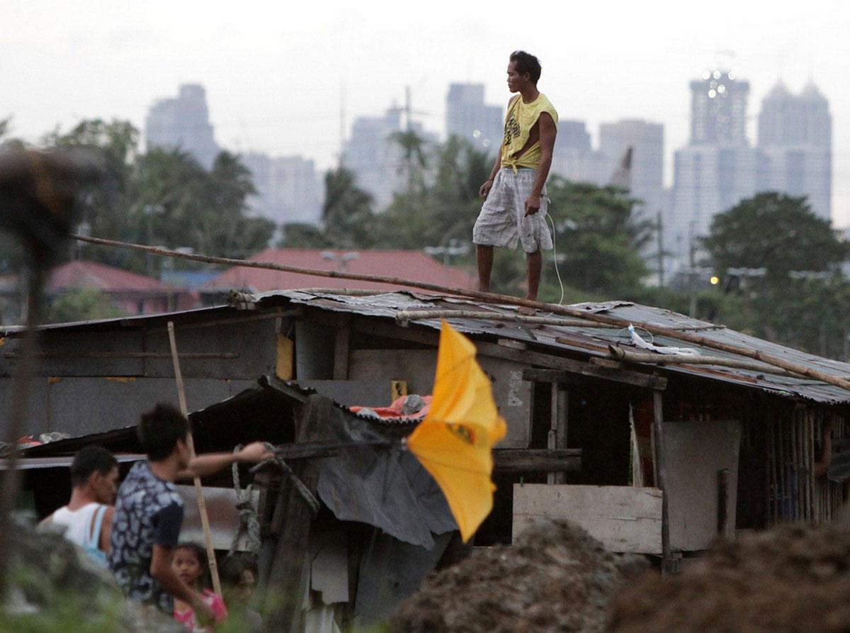 мужчина стоит на крыше дома