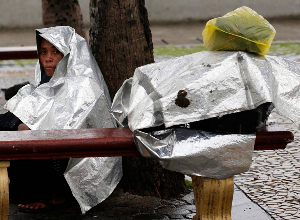 Женщина укрывается от дождя