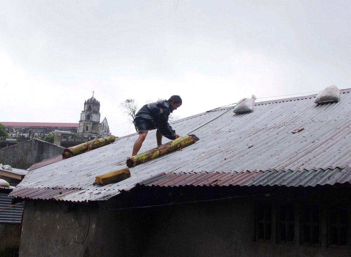 человек укрепляет крышу