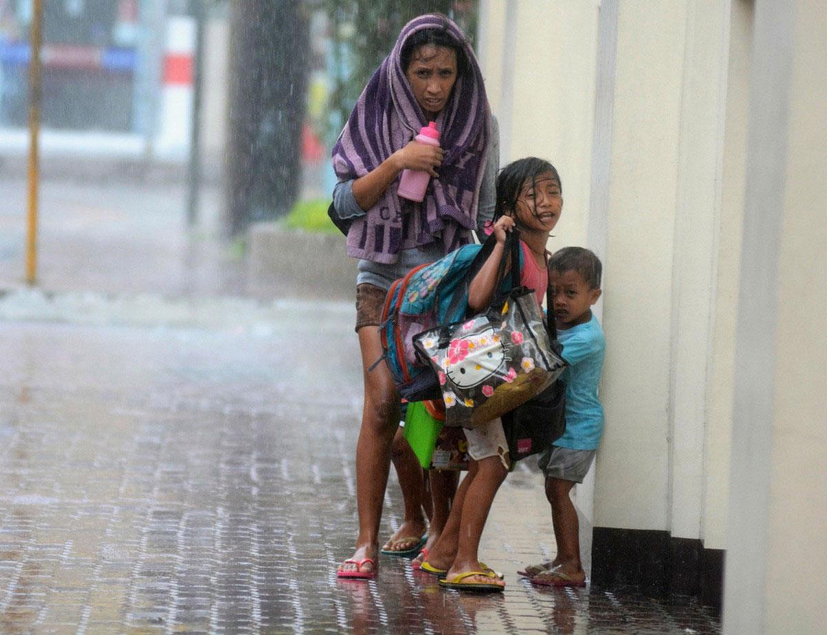 семья под дождем