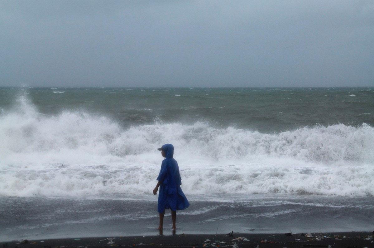 человек на берегу