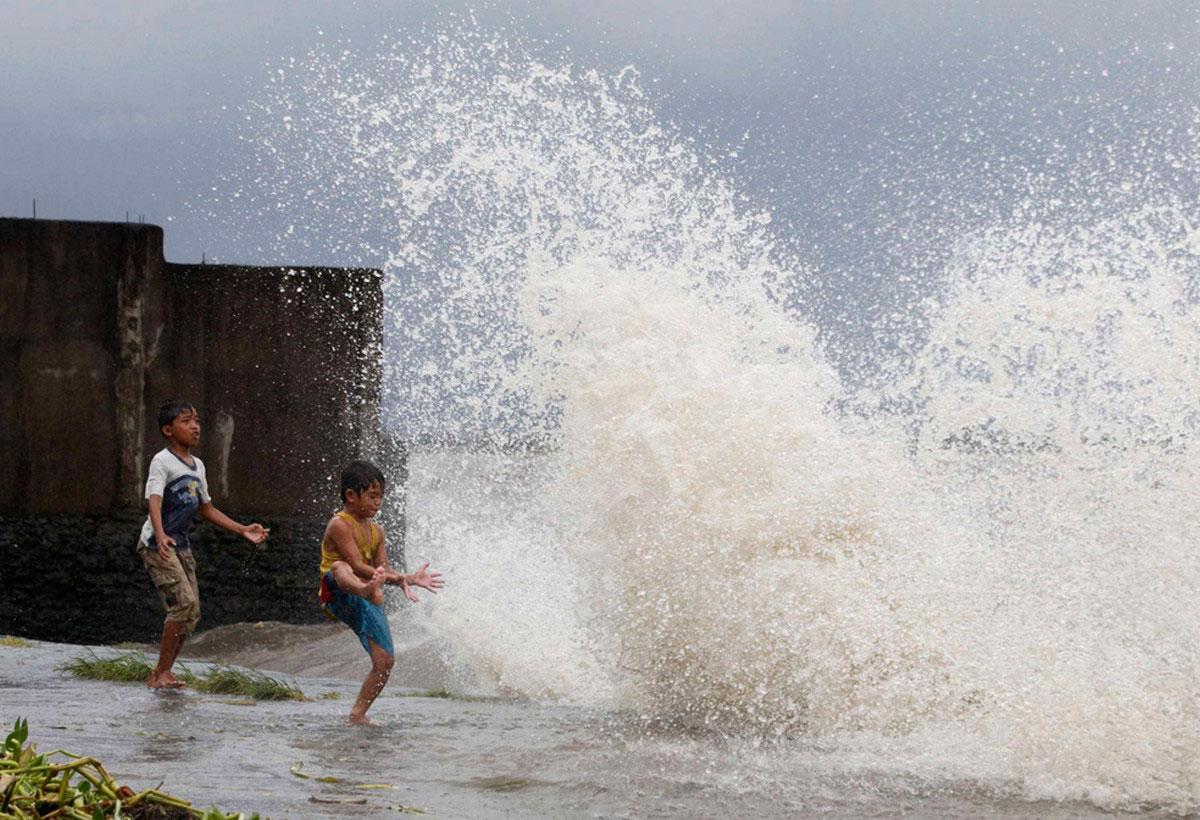 дети играют с волнами