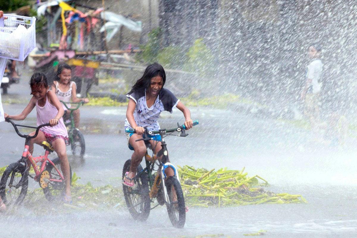 Девочки катаются на велосипедах