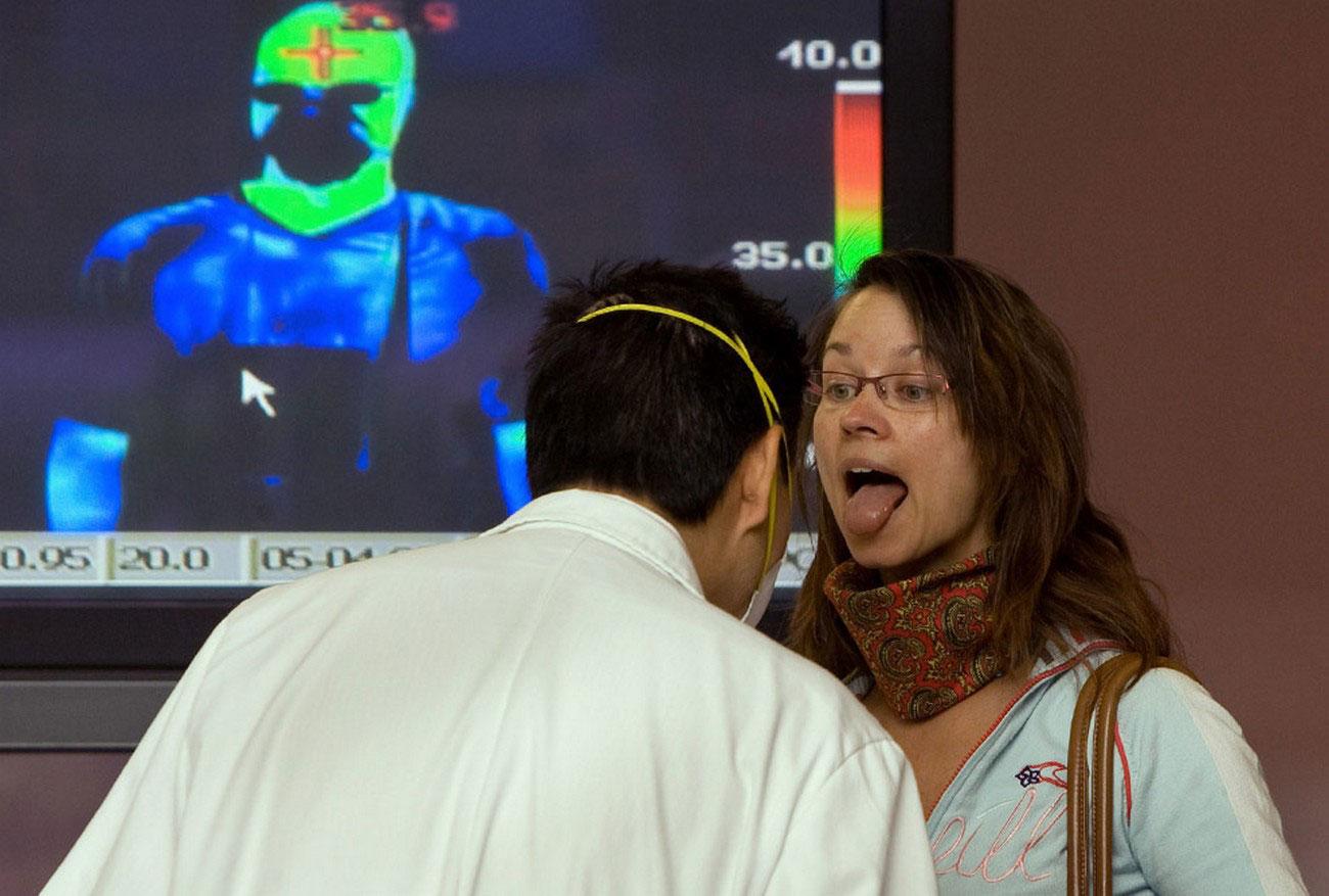 Пассажиров мексиканских авиалиний осматривает врач, фото