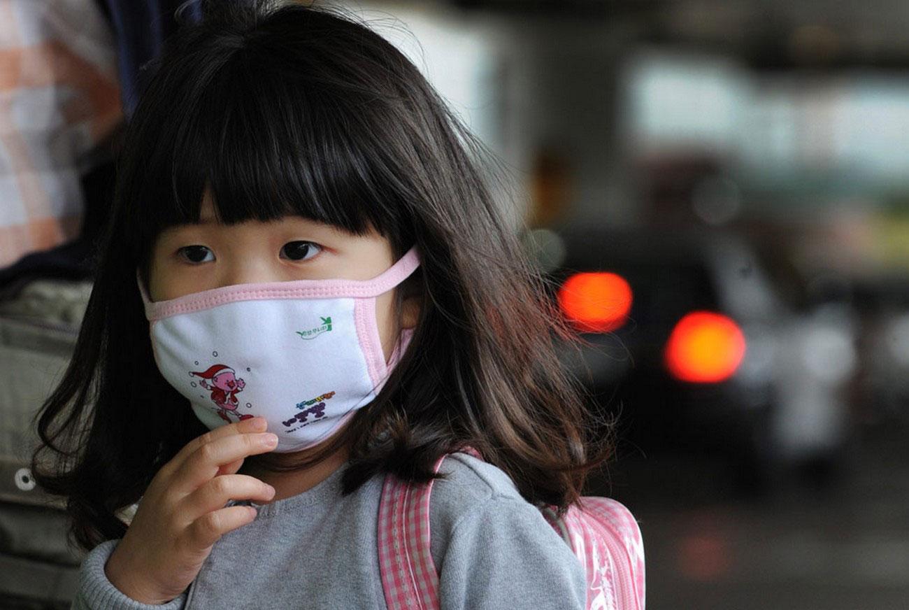 ребенка защищают от заражения свиным гриппом, фото
