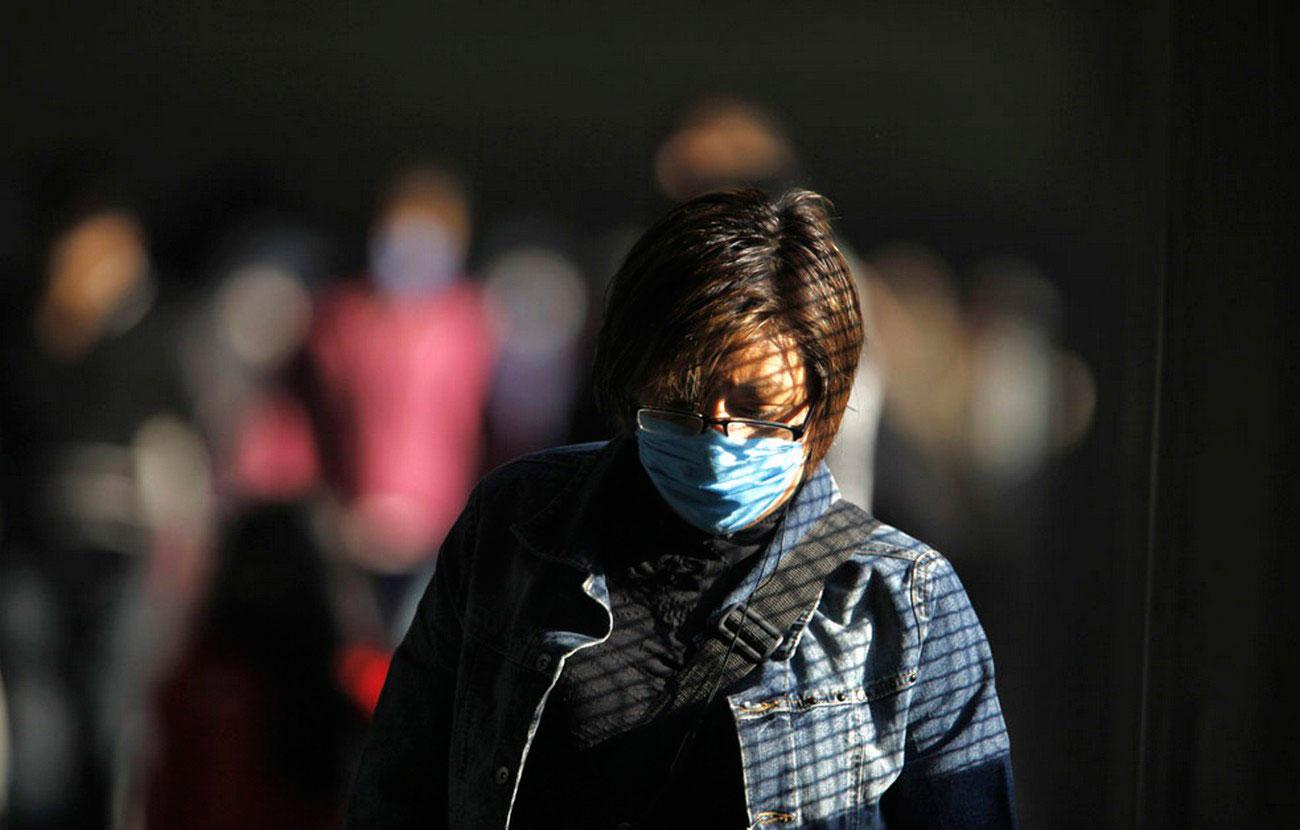 Женщина в хирургической маске, фото