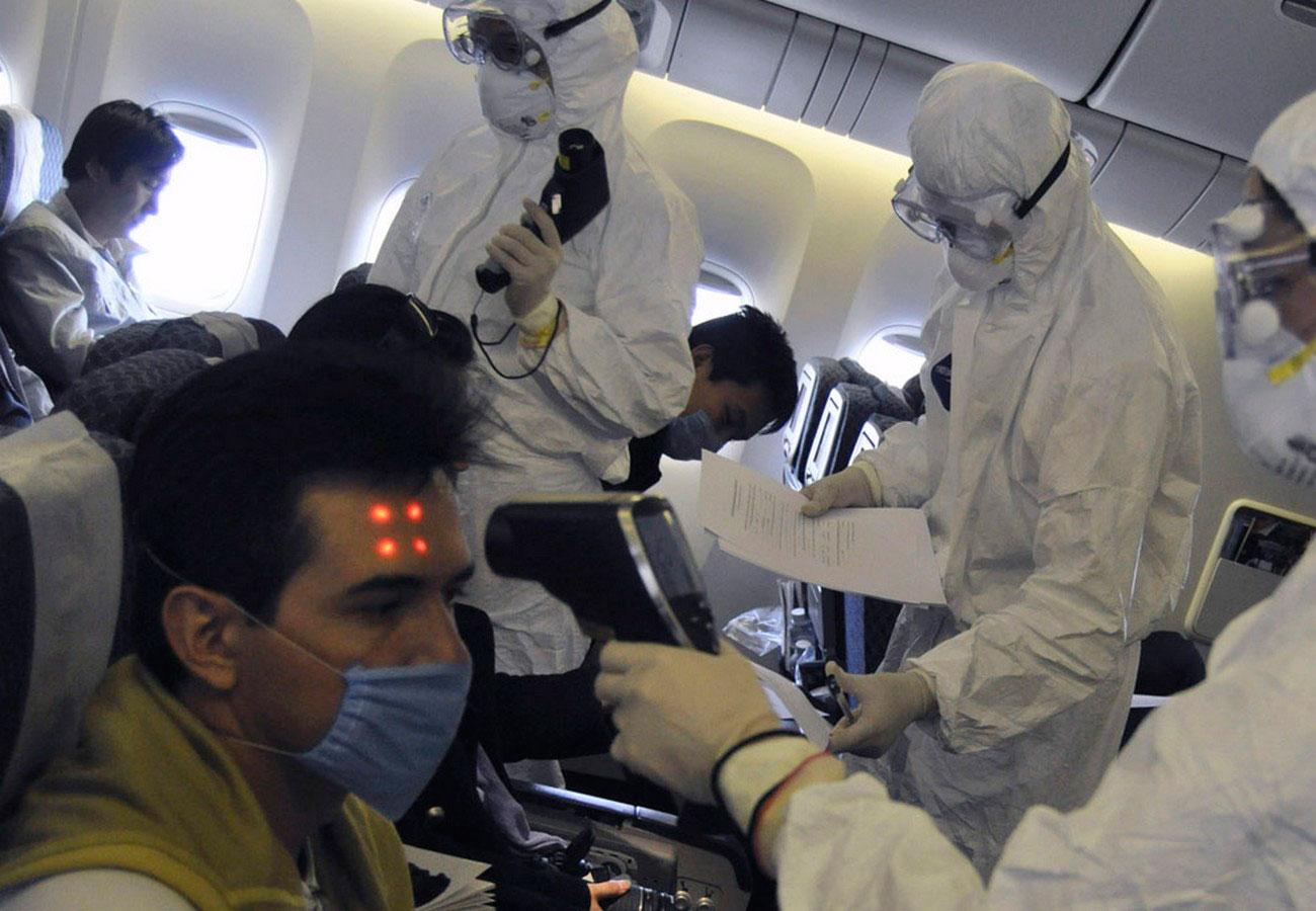 медицинские работники на борту самолета, фото