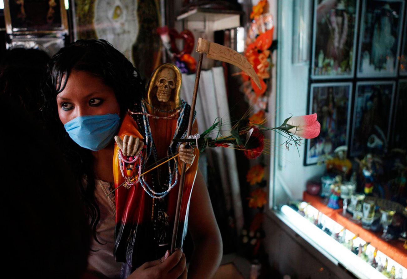 женщина в маске защищается от вируса, фото