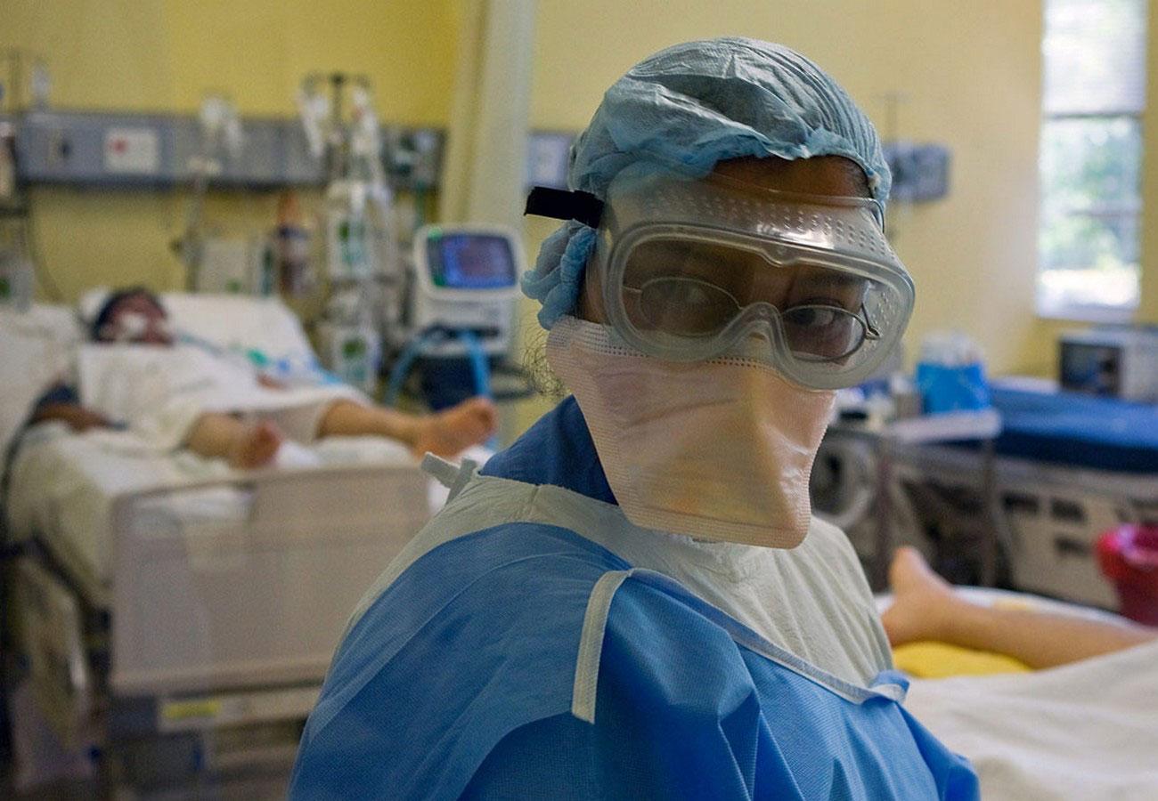 Врач осматривает пациентов с симптомами вируса, фото