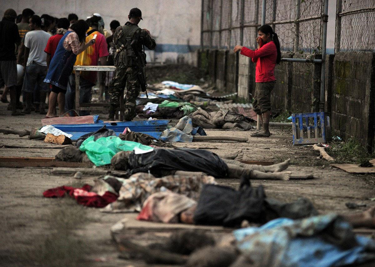 опознание тел погибших в наводнение на Филиппинах