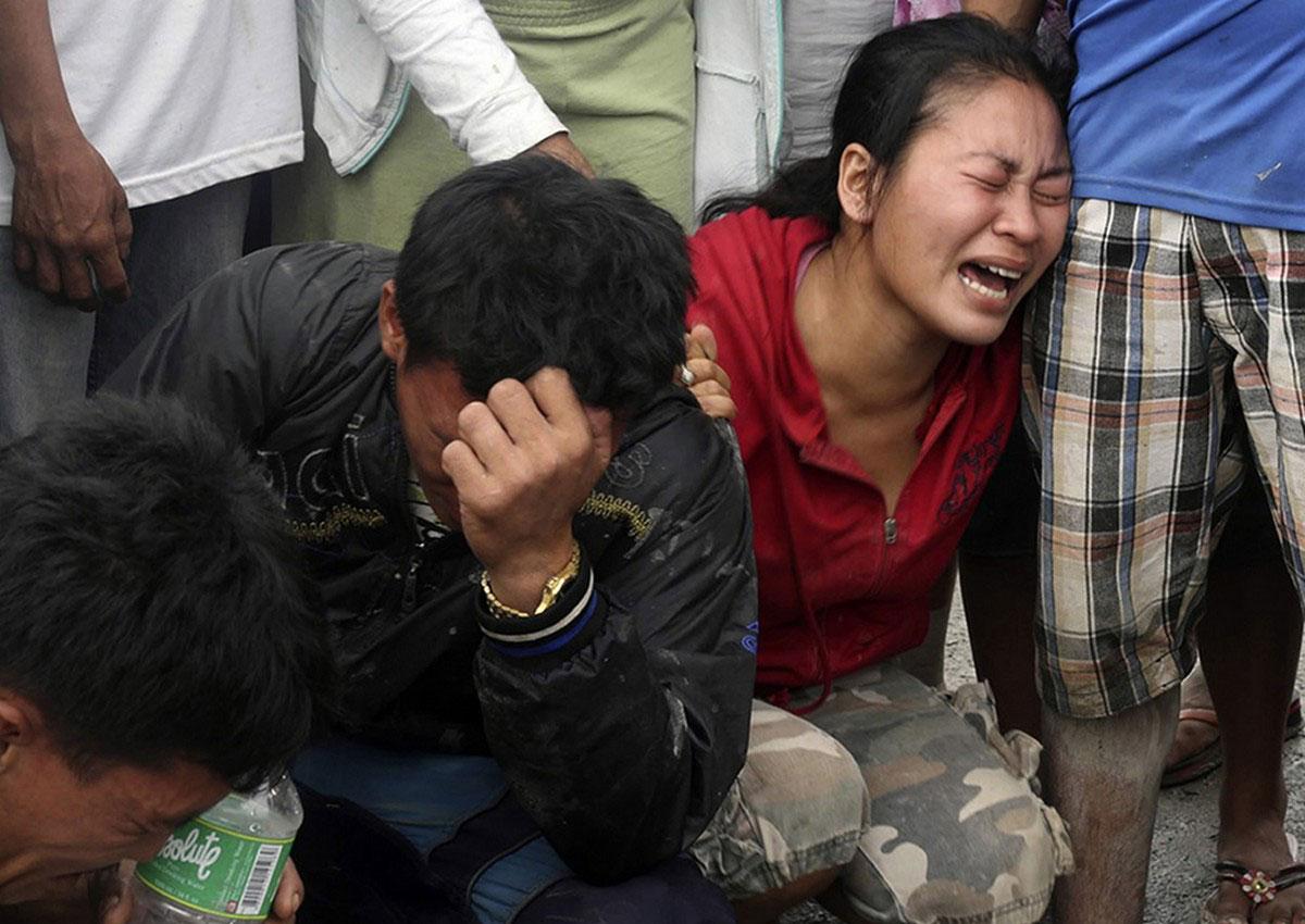 Люди скорбят о погибших в наводнении, фото