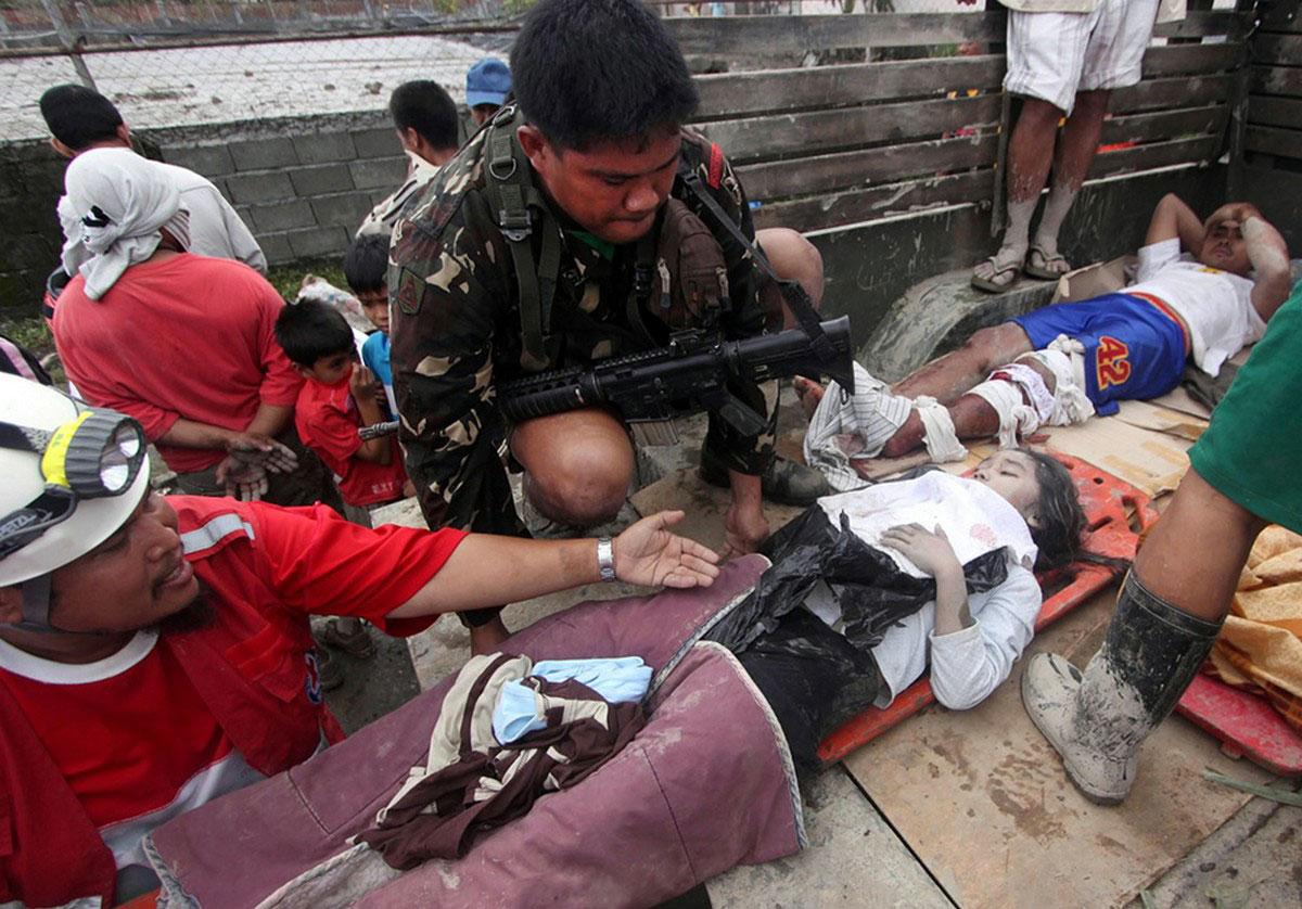 Выживших доставили в больницу после тайфуна