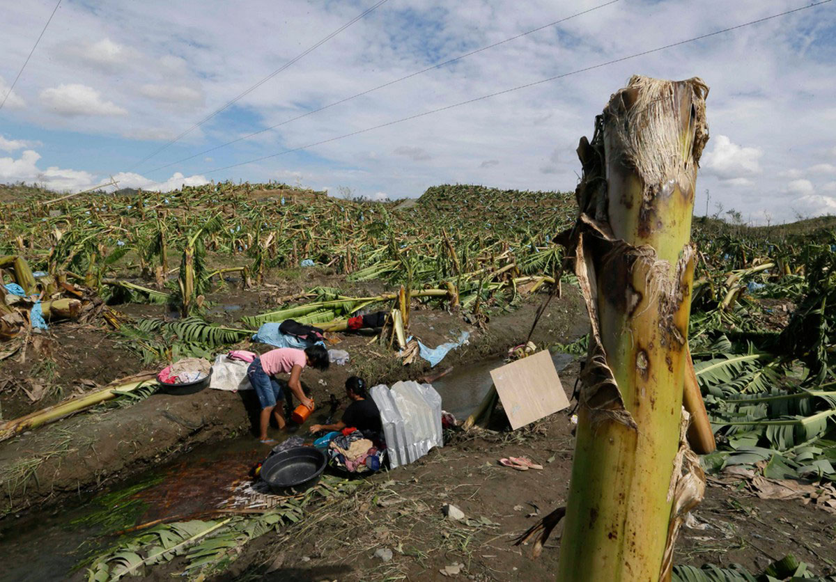 Жители стирают свою одежду, фото с Филиппин