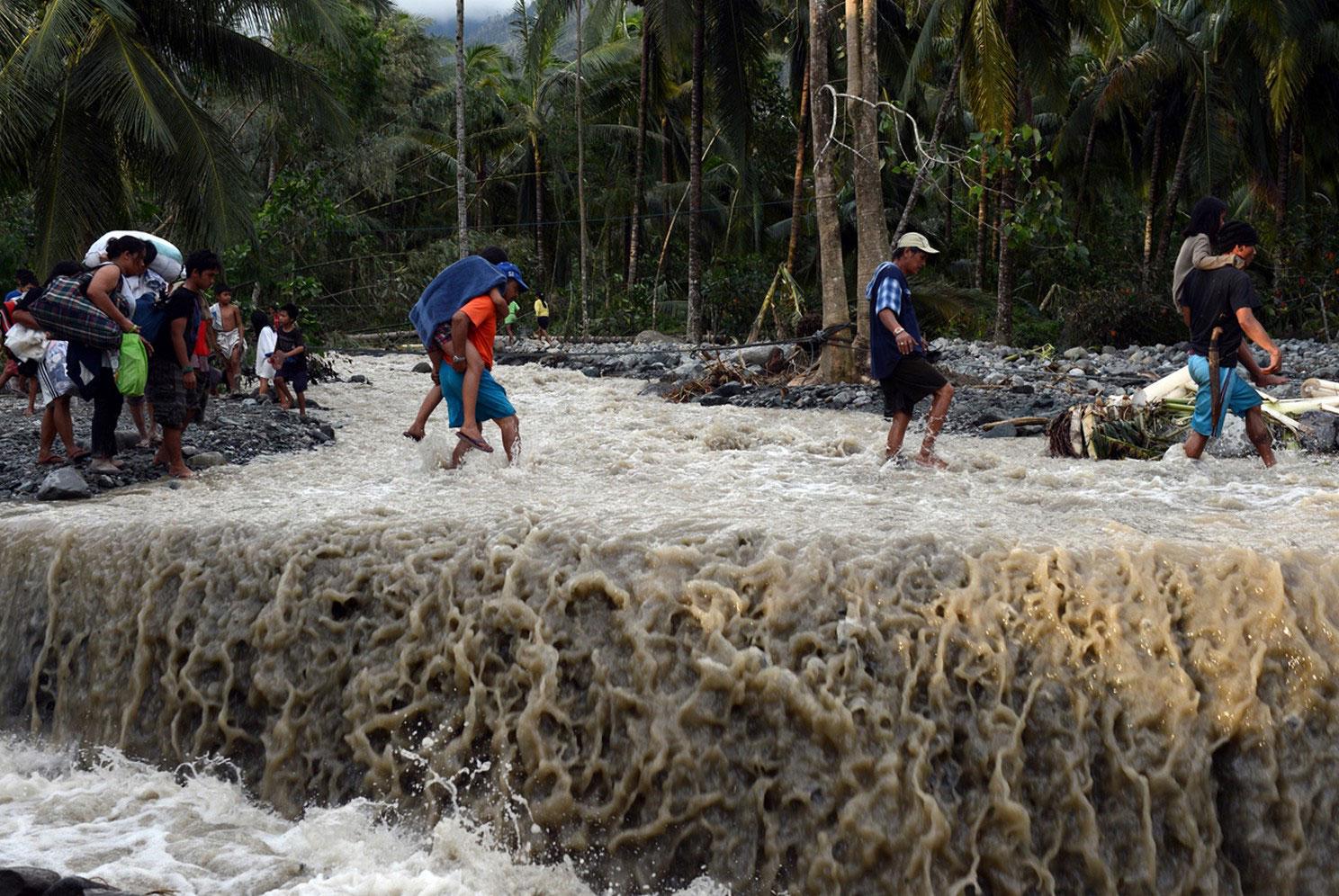 размытая дорога на Филиппинах после наводнения