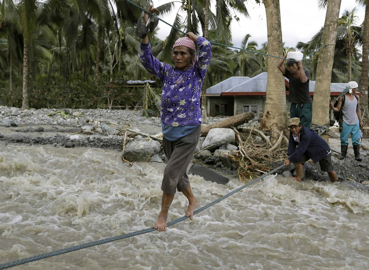Жители переправляются через воду, фото
