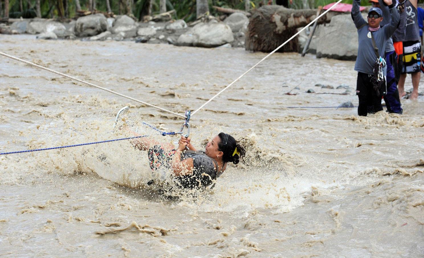 женщину смыло течением после тайфуна на Филиппинах