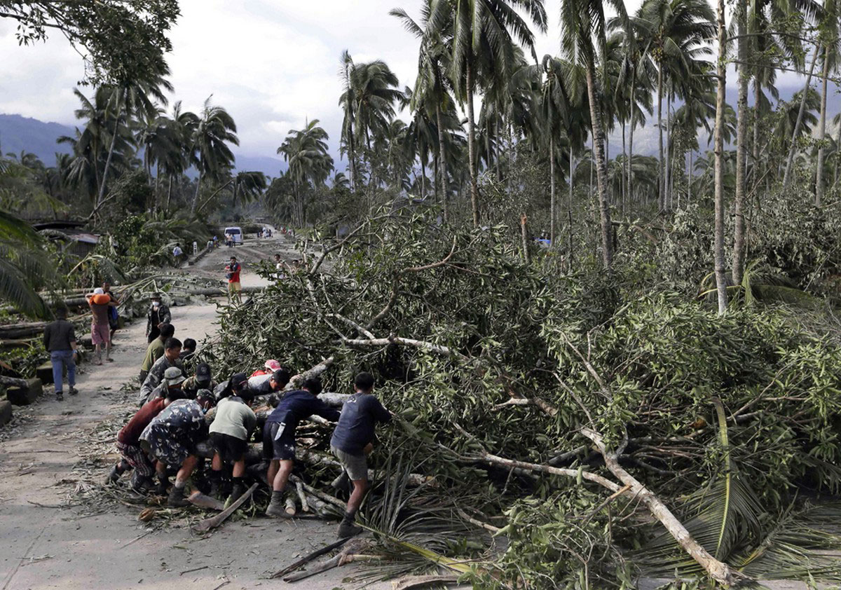 расчистка дорог на Филиппинах, фото