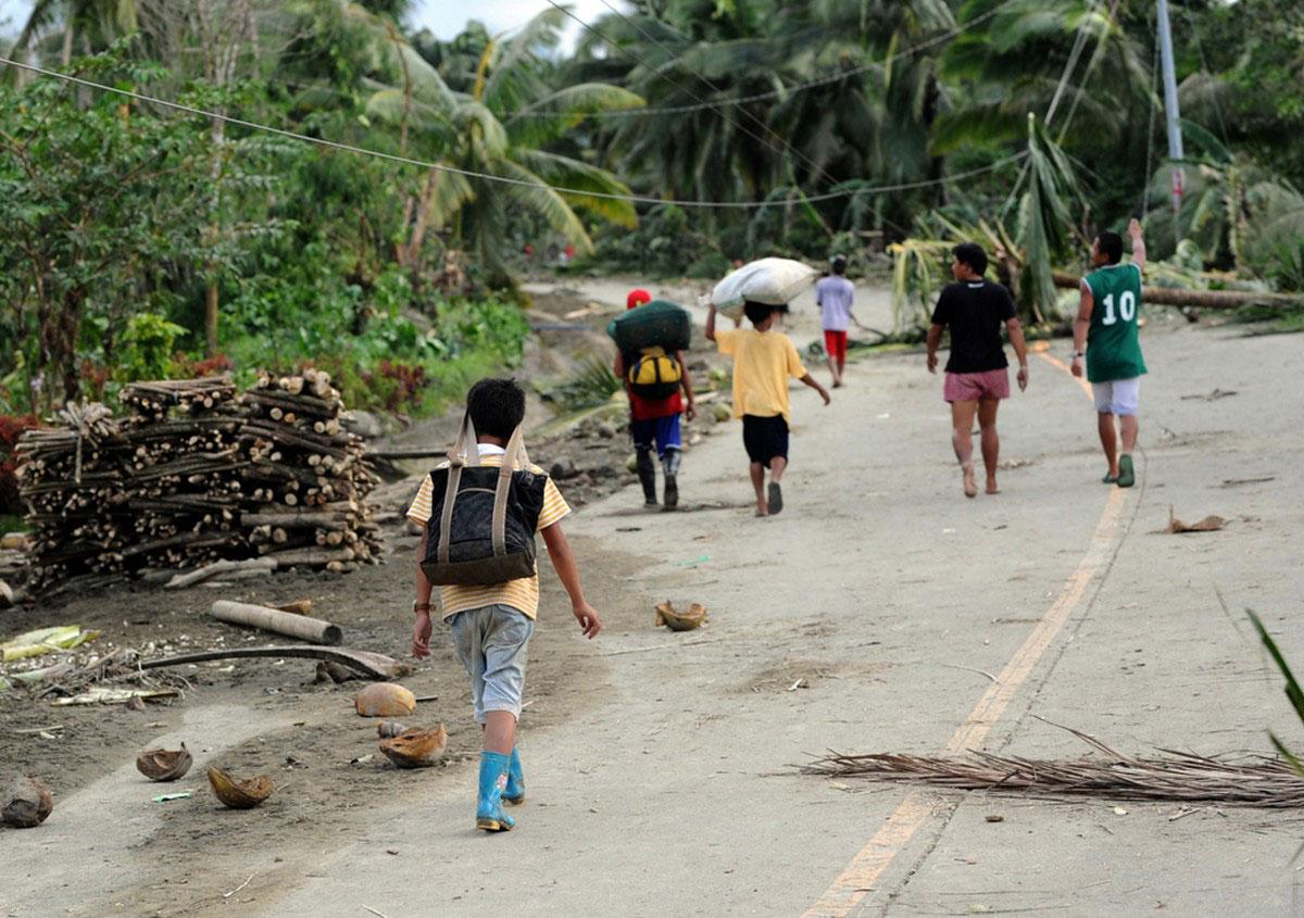 мусор после наводнения на дорогах поселка