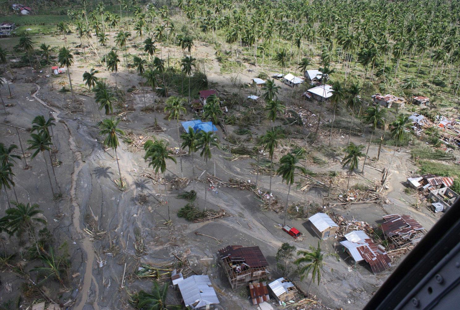 разрушенные наводнением дома в провинции Компостела