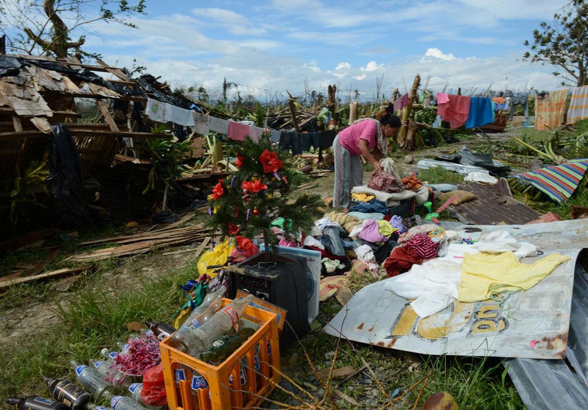 люди собирают вещи из разрушенных домов, фото