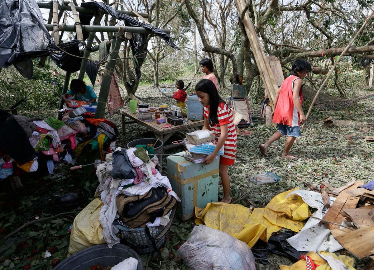 дети спасают свои вещи от наводнения