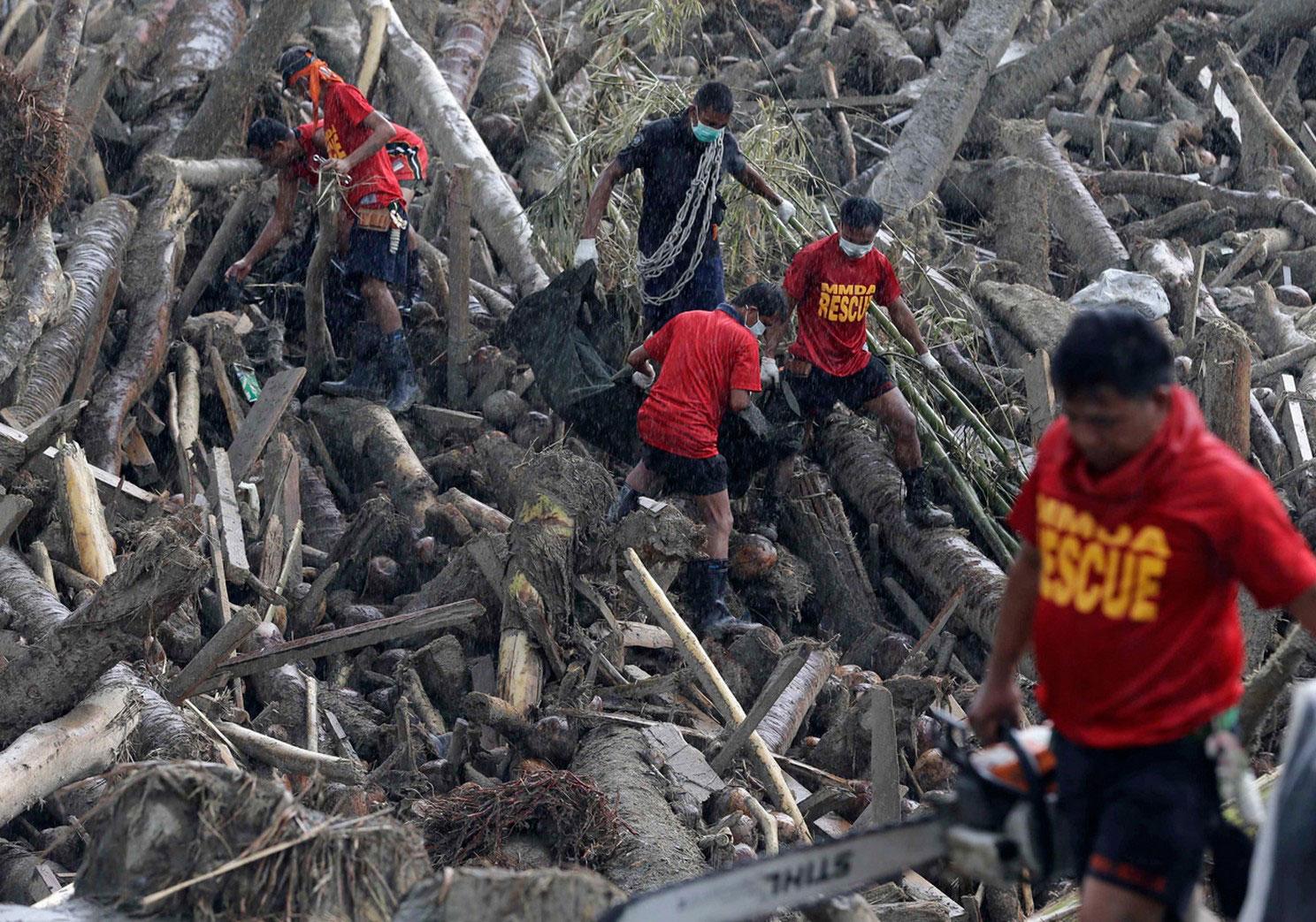 спасатели извлекают тела погибших, фото