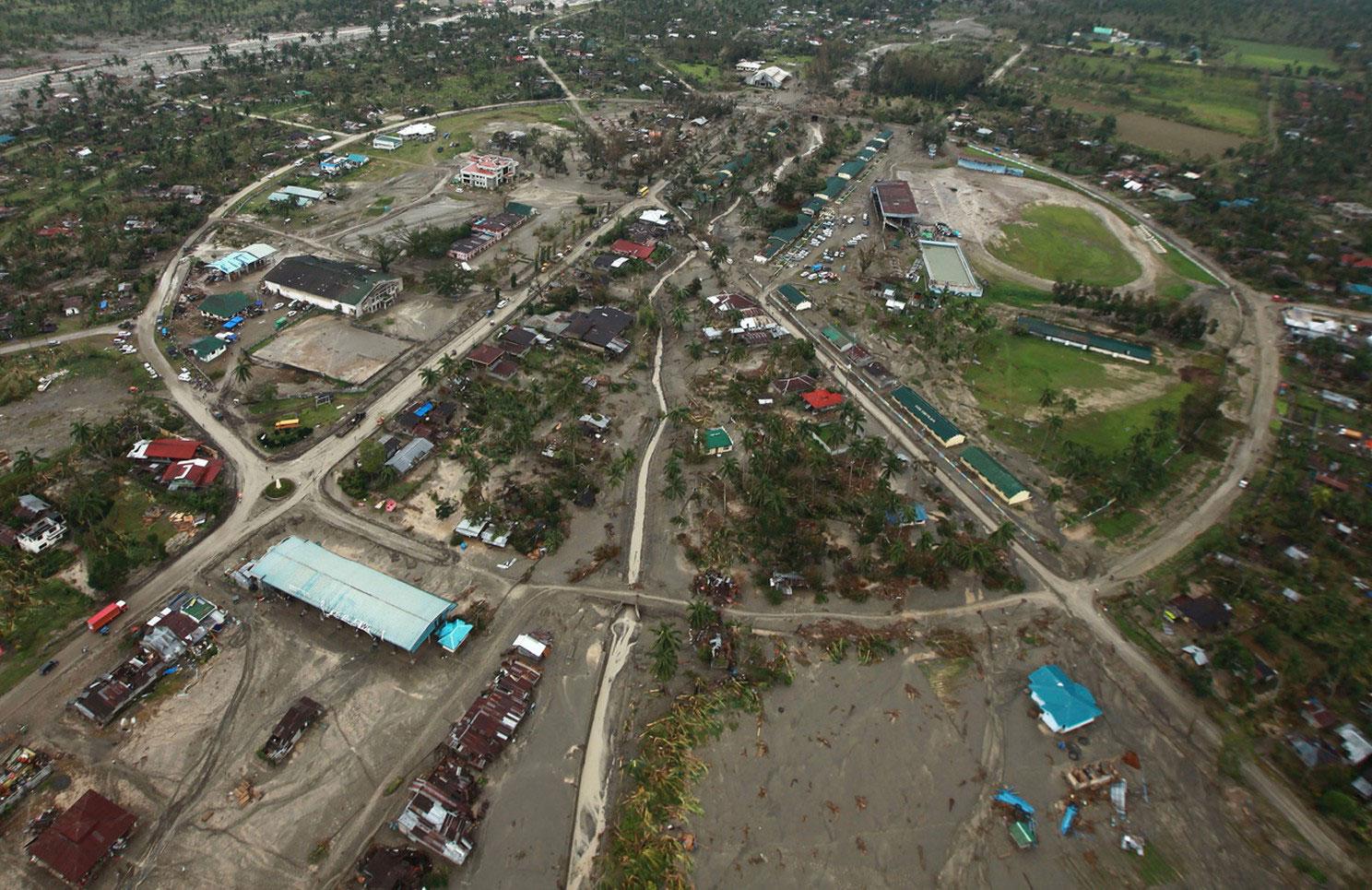 поврежденные здания на Филиппинах
