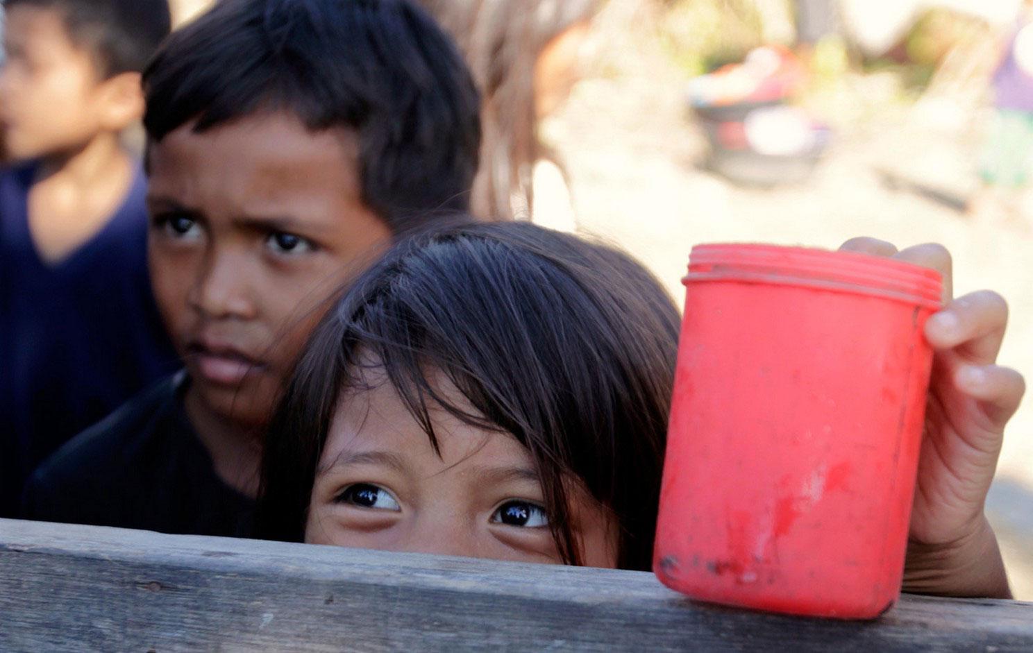 Дети в очереди за бесплатной кашей, фото