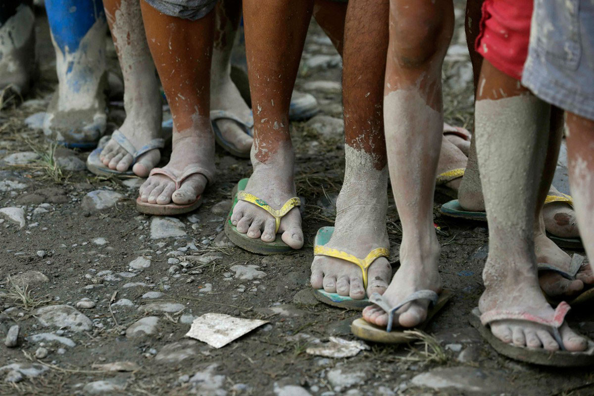 ноги людей после тайфуна