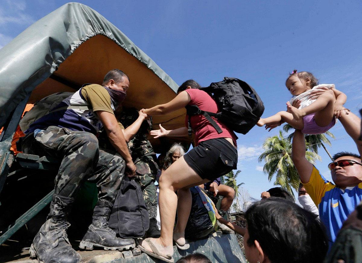 Эвакуация местных жителей, фото