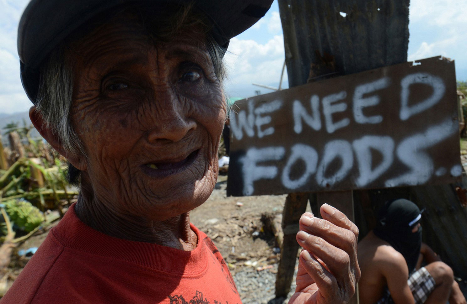 бабушка просит милостыню у дороги, фото