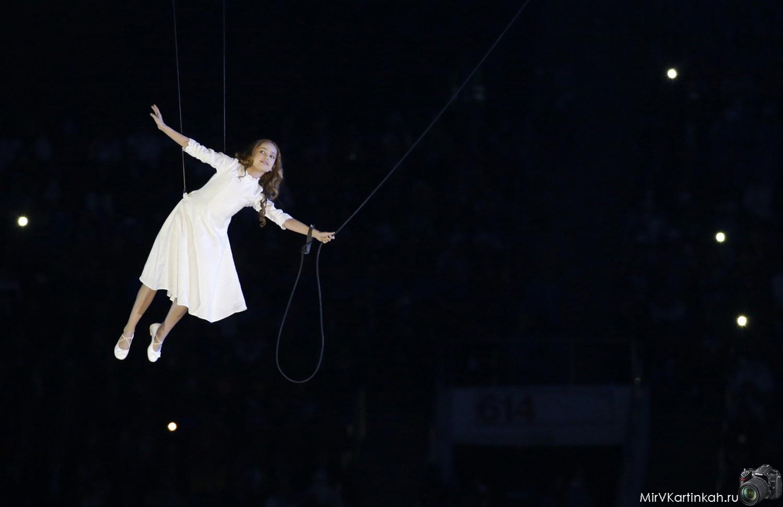 девочка поднимается над ареной
