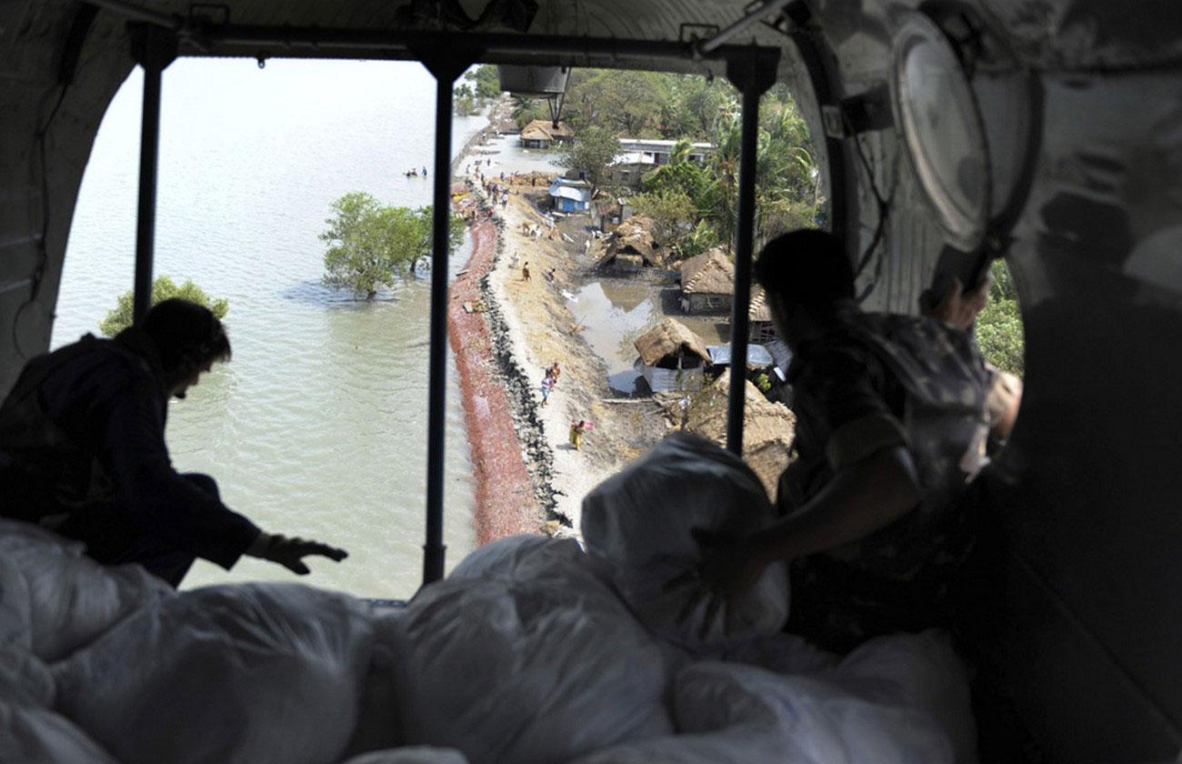 солдаты сбрасывают пакеты с продовольствием для жителей, фото