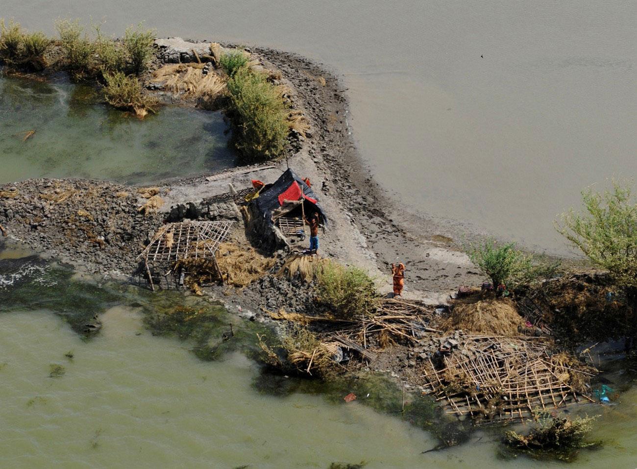 жители машут пилотам вертолета индийских ВВС после урагана Айла