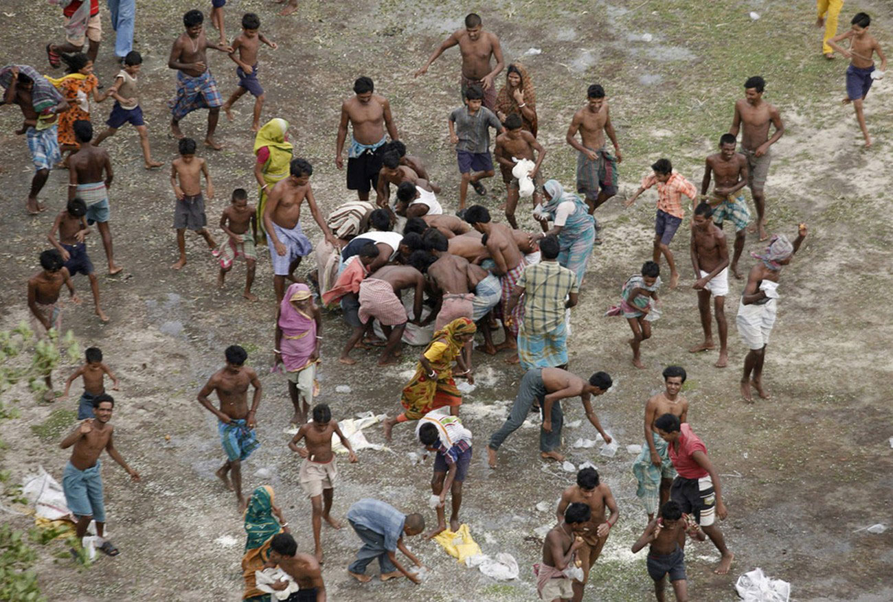 жители, пострадавшие от наводнения после циклона Айла, фото