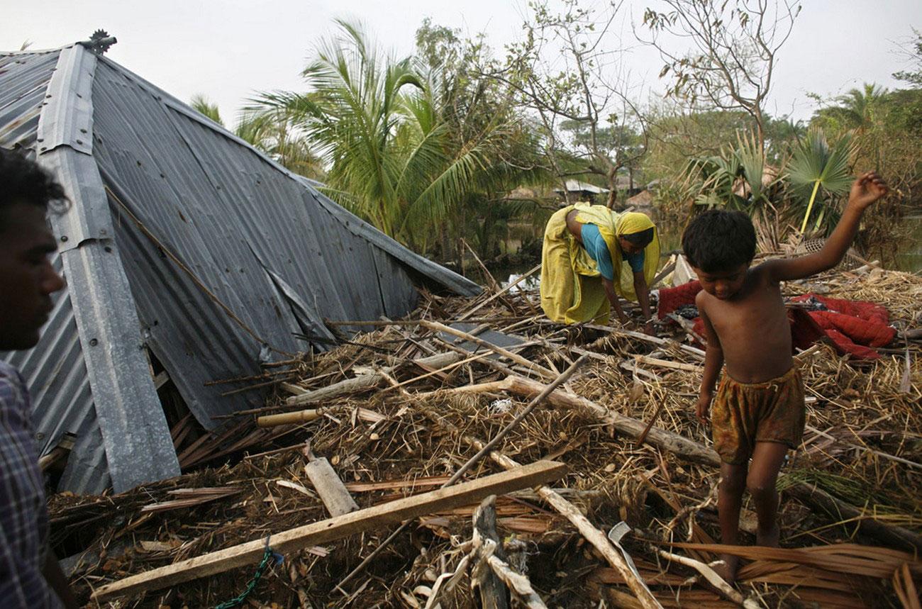 разрушенные ураганом дома в Калькутте