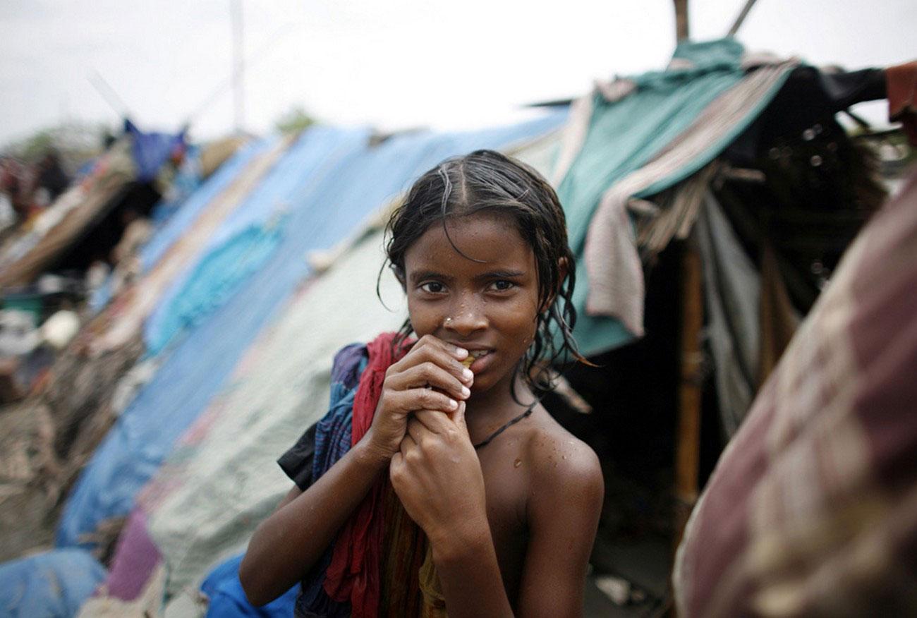 дети во временном жилище после урагана, Индия