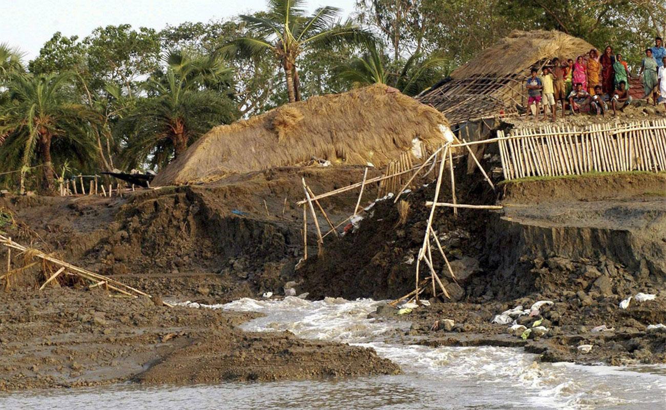 размытая речная дамба после ливней от циклона Айла
