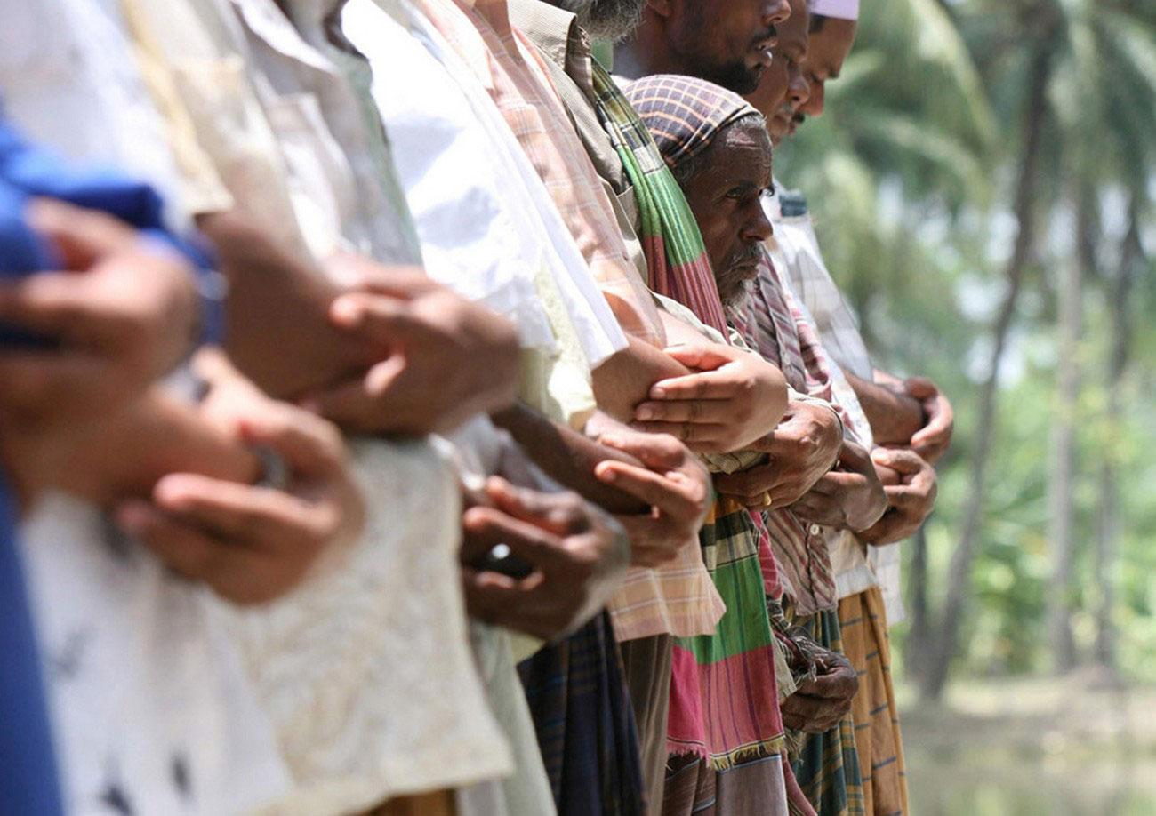 жители хоронят погибших от урагана в Индии
