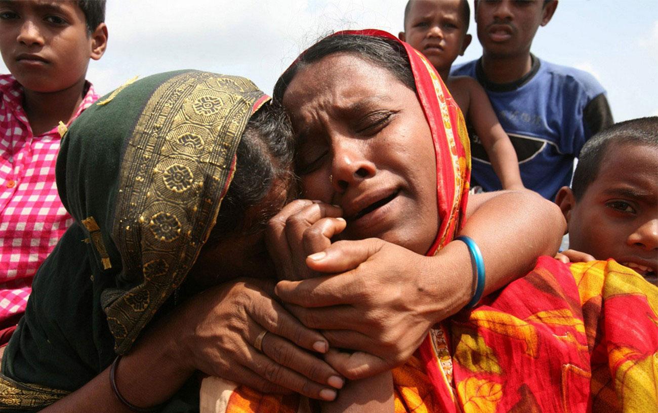 женщины плачут по погибшим от стихии родственникам