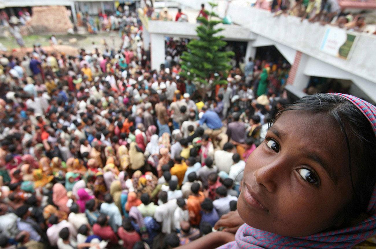 люди пришли за получением материальной помощи, фото