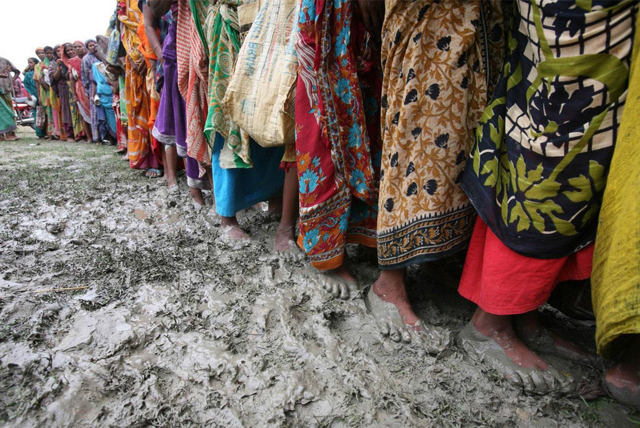 Бангладешские женщины в очереди на материальную помощь