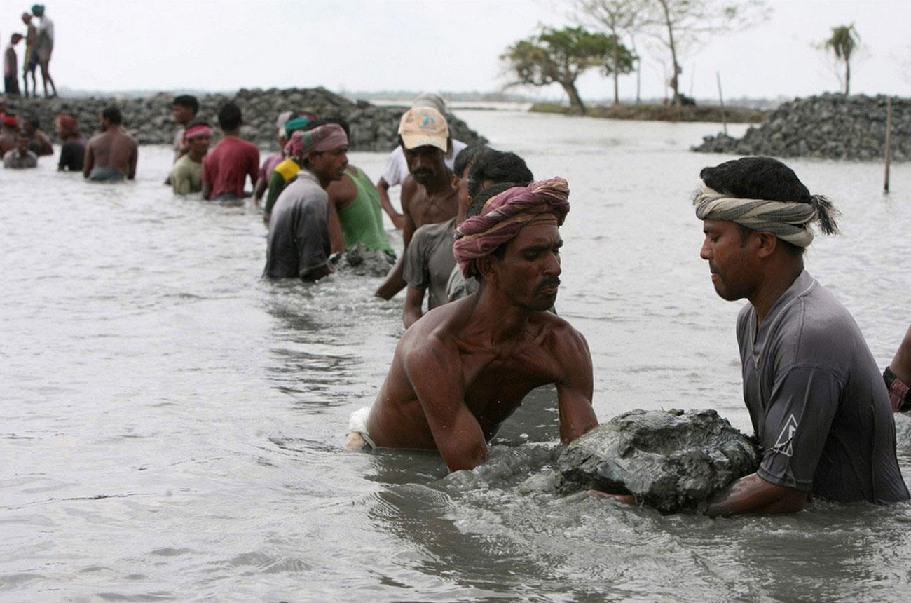 жители восстанавливаются после смертоносного урагана