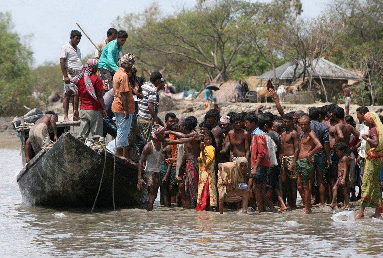 Народ в очереди на материальную помощь