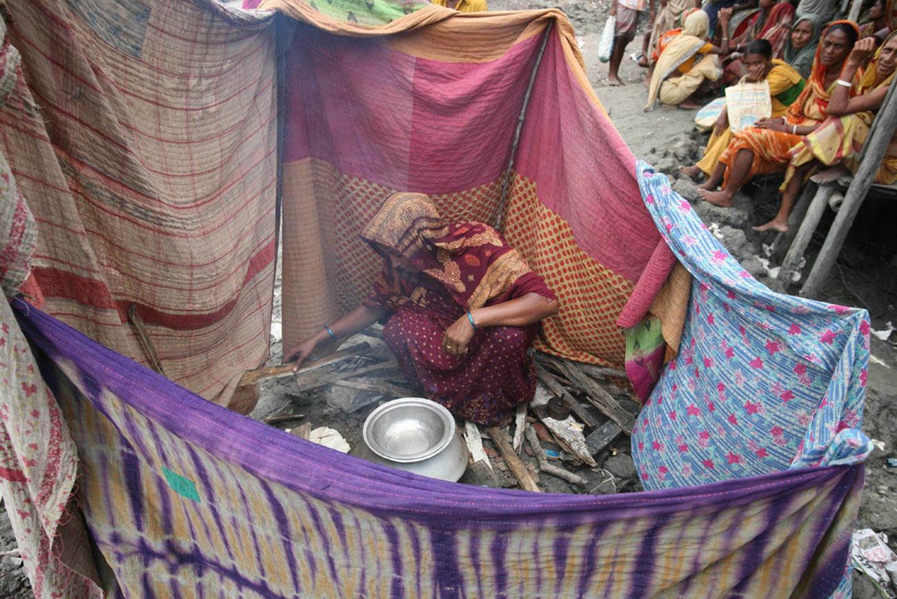 беженцы готовят еду, Индия