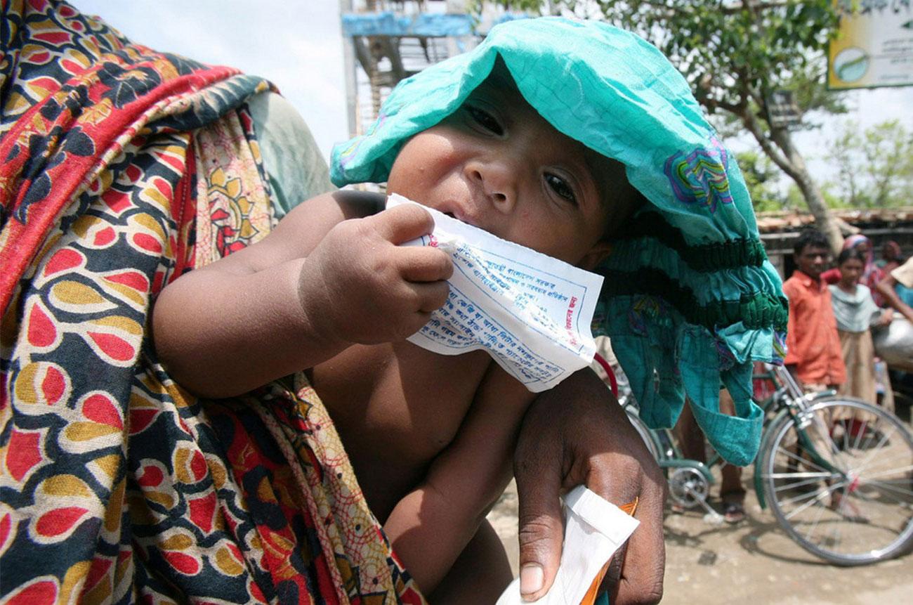 голодные дети в Бангладеш, фото