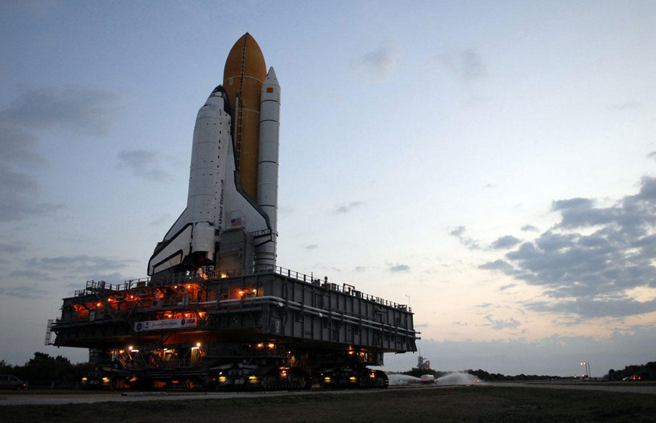 космический корабль перевозят к стартовой площадке
